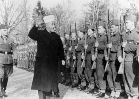 Husseini pasa revista a tropas SS en noviembre de 1943